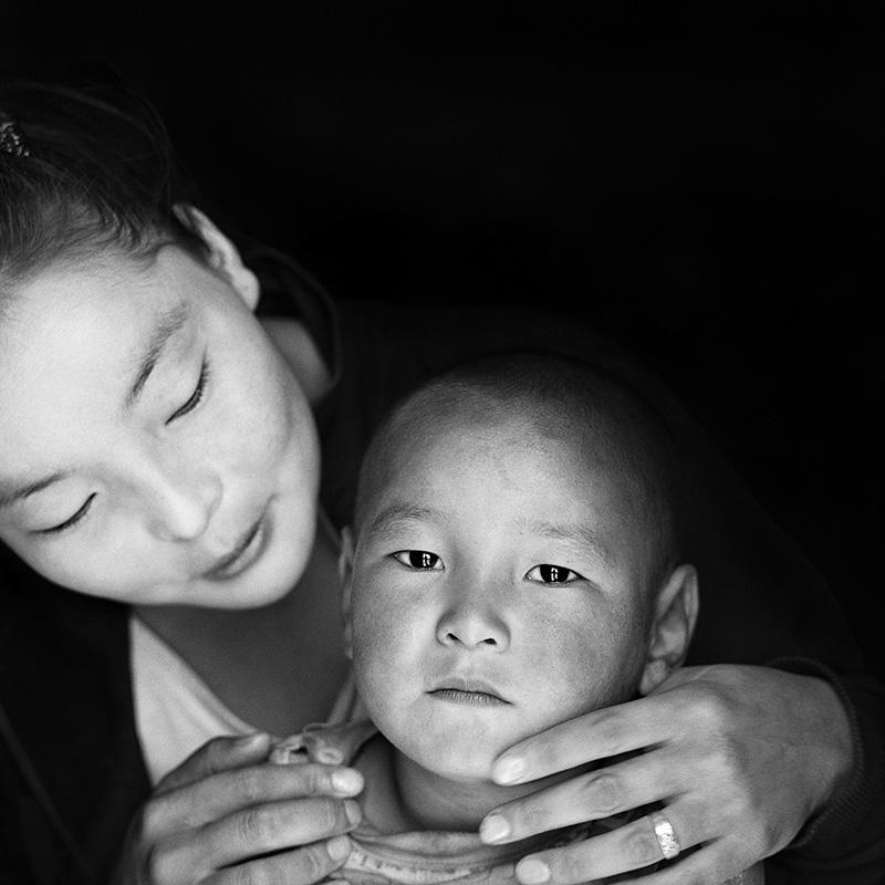 © Christine Turnauer - Erdenebayar with her son Zamlen, Gobi –Altai, Mongolia, 2013, Coal pigment print